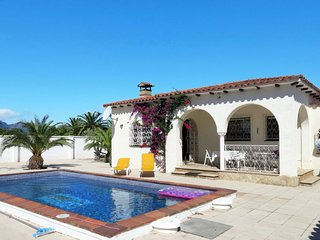 2 bedroom Villa with Pool and Walk to Beach & Shops - 5789587