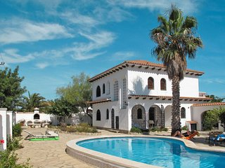 2 bedroom Villa with Pool and Walk to Beach & Shops - 5789584
