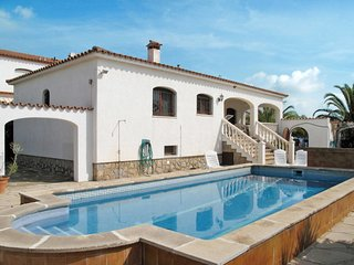 3 bedroom Villa with Pool and Walk to Beach & Shops - 5789582