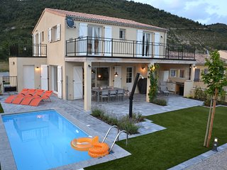 Vakantiewoning voor 8 personen met privé zwembad in natuurlijke omgeving.