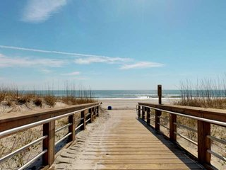 2 decks, Easy Beach Access, Pool, Water Views, Downtown Carolina Beach, Near Boa