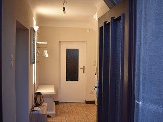 Eingangsflur nach Betreten des Haus, rechts der Zugang zum Wohnzimmer, geradeaus liegt die Küche