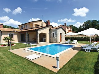 Nice home in Kmacici w/ Outdoor swimming pool, WiFi and 3 Bedrooms