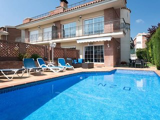 FAMILY HOUSE WITH  POOL VERY CLOSE TO THE BEACH