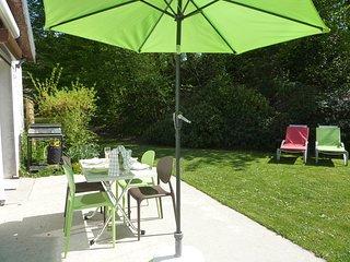 Un équipement complet pour la détente, salon de jardin, plancha,transats.