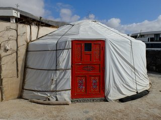 Yurta tradicional al lado de la playa de Famara