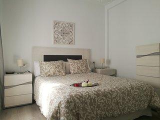 Dormitorio principal compuesto de cama doble de 150 cm., armario 4 puertas mas sinfonier
