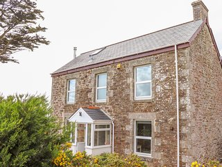 HELIVIEW COTTAGE, enclosed garden, hot tub, St Columb Major