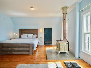 Perfectly Located Dog Friendly West End 4 Bedroom (Sleeps 8)