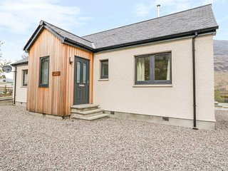 DUICH COTTAGE, WiFi, open-plan, near Dornie
