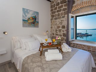 Seafront apartment in historical Cippico castle