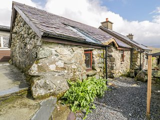 WATERFALL COTTAGE, WiFi, pet-friendly, near Beddgelert