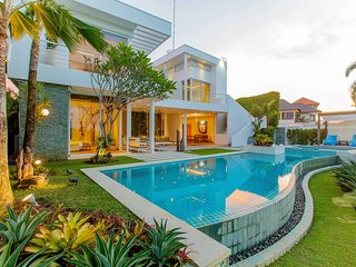 Luxury Gold and Ocean View Villa in Pecatu