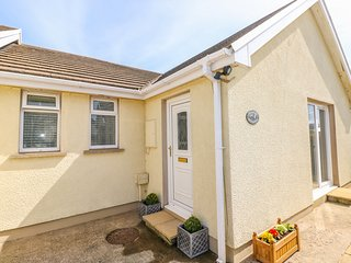 CRANFORD COTTAGE, pet-friendly, WiFi, near Pembroke