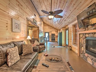 Cabin w/Hot Tub Near Broken Bow Lake & Hiking