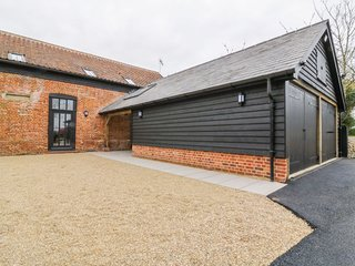 GRANGE BARN, pet-friendly, open-plan, near Felsham