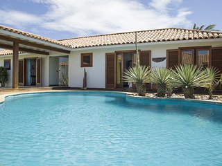 Linda casa com cinco amplas suites, pe na areia da Praia Rasa BZ027