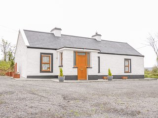 MC'S COTTAGE, open-plan, pet-friendly, close to Ballymote