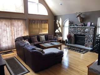 Central Location to Attractions*10 Min. to Skiing*Linens Included*Game Rm*Deck