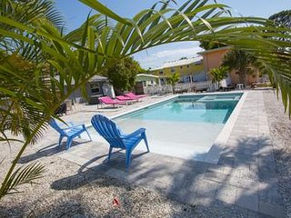 Sea Shell Beach Cottage - Private Pool - Walk to the beach!