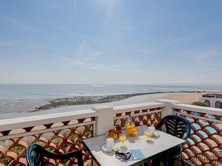 Appartement en bord de mer avec balcon ! Accès à la piscine
