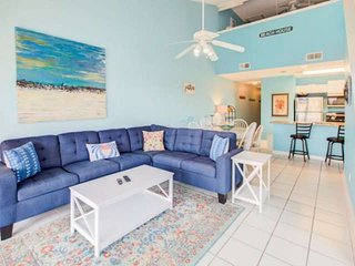 Beautiful Top Floor Unit Walking distance to the Beach Beach chair setup include