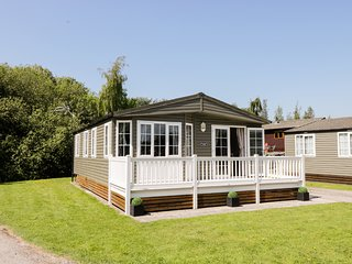 15 SILVERDALE, open plan, decked area, close to local amenities, in Carnforth