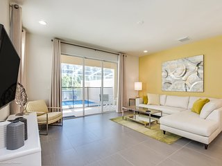 Lovely 3BR 3Bth Resort Townhouse with Private Splash Pool 8 Miles from Disney