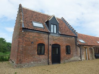 TRICKLER'S COTTAGE, barn conversion, underfloor heating, in Lenwade, Ref 921785