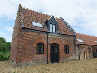 TRICKLER'S COTTAGE, barn conversion, underfloor heating, in Lenwade, Ref 921785