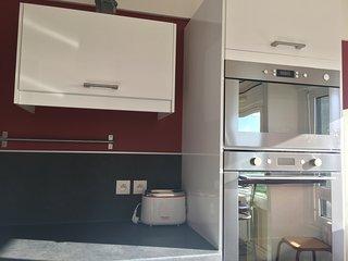 Superbe appartement de 4 chambres doubles et 2 salles de bain + parking free à 900m du centre-ville.