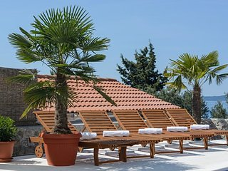 Tree,Palm Tree,Roof,Bench,Furniture