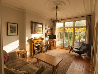 Beautiful, large 2-bed, Garden Flat. Classic English style