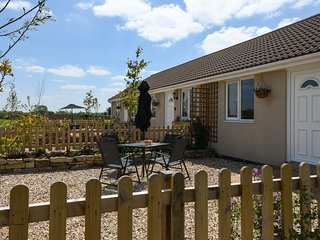TEAL, bungalow, double bedroom, parking, lawned garden, in Watchfield, near
