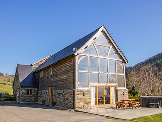 THE HAYLOFT, luxurious, hot tub, fantastic views, near Bleddfa, Ref 930463