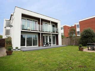 BOURNECOAST - MODERN FLAT WITH GARDEN - NEAR SANDY BEACHES - BEACH HUT - FM6215