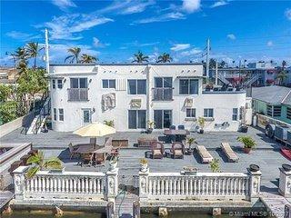 Ocean Swan  Waterfront Beachside  3/4 bedroom House! sleeps 12