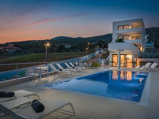 Luxury Apartment Nautica with Pool III