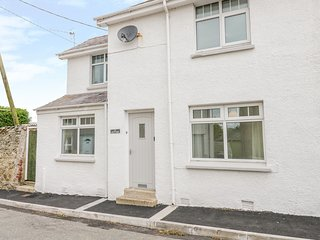 LLWYN CERIS, open fire, enclosed gardens, pet friendly, in Amlwch, Ref. 942096
