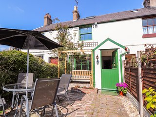 WHINCHAT, Open-plan living, WiFi, Woodburner, near Caerwys