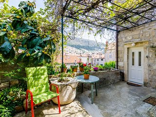 Old Town Green Oasis - Two Bedroom Holiday Home with Terrace and City View