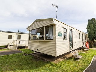 Caravan for hire near Great Yarmouth in Norfolk, with 3 bedrooms ref 10004G