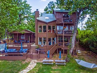 NEW-Grand Lake Livingston Home Sleeps 16 w/Hot tub