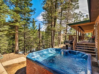 Ruidoso Cabin w/ Hot Tub-3 Mi to Links Golf Course