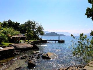 Beira Mar Com Vista Panorâmica E Estrutura Náutica