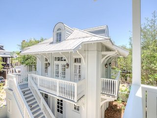 Sloane's Carriage House - Luxurious Carriage Home - Southside of Rosemary!!