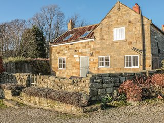 HOME COTTAGE, Woodburning stove, Countryside views, WiFi, Whitby