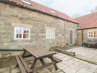 GRANARY COTTAGE, Electric fire, Countryside views, WiFi, Whitby
