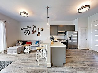 Sunny Brand-New Condo Less than 3 Miles to both Downtown &  Music Row!