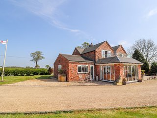 MEADOW VIEW, open-plan, country views, electric fire, near Rushton